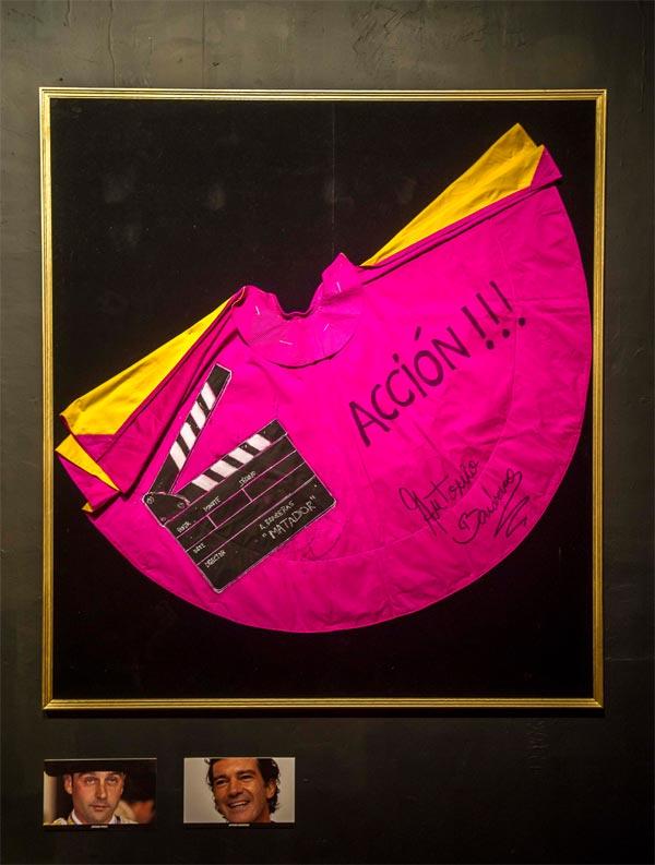 Un capote de Enrique Ponce pintado por Antonio Banderas sale a subasta por una buena causa