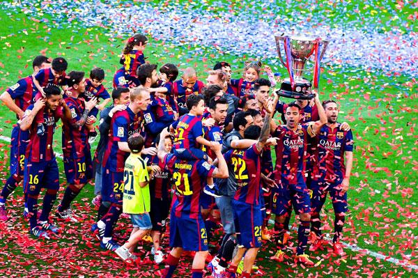 La despedida de Xavi, el beso de Bartra y Melissa Jiménez, el gol de Milan... Así celebró el Barça su nuevo título de Liga