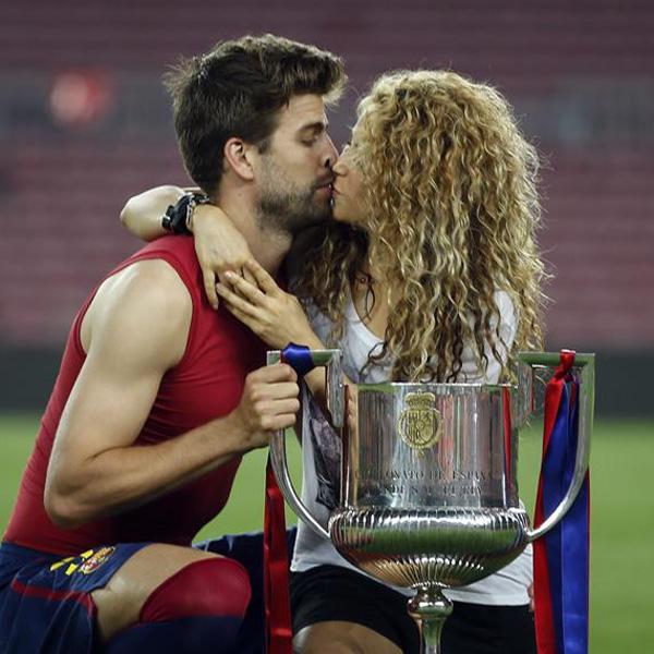 Shakira y Piqué celebran el 'doblete' del Barça con un apasionado beso