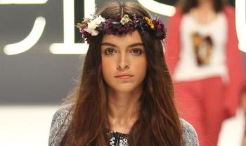 Lucía, hija de Blanca Romero, debuta en la pasarela 080 Barcelona Fashion