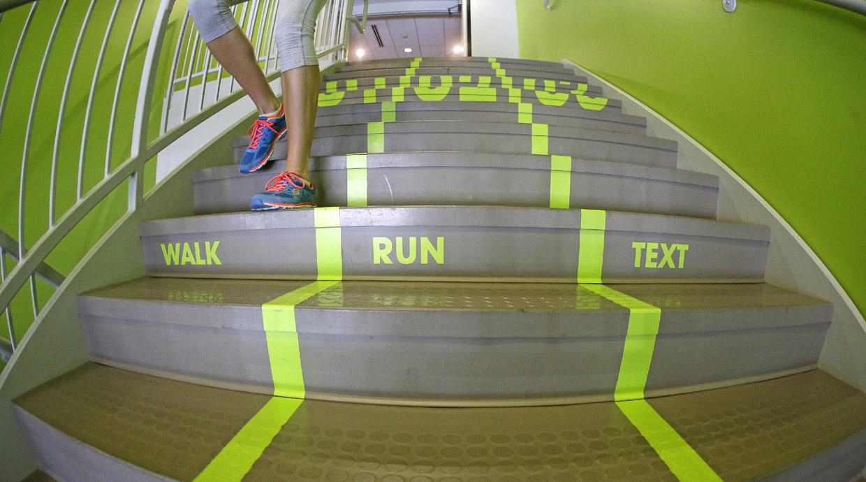 Una escalera para caminar, correr… y usar el móvil