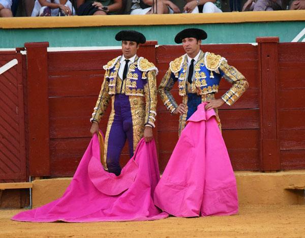 Lourdes Montes y Eva González, la felicidad de dos 'cuñadas' al ver triunfar en el ruedo a los hermanos Rivera