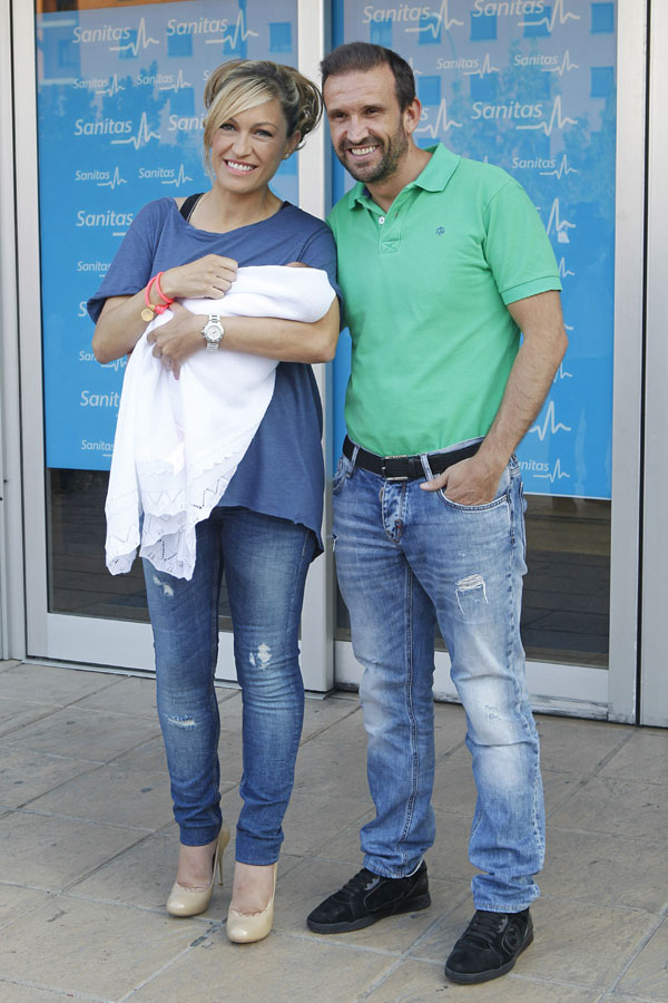 Luján Argüelles abandonaba este miércoles el Hospital de La Moraleja con su pequeña en brazos y acompañada por su pareja y padre de la niña, el empresario Carlos Sánchez Arenas
