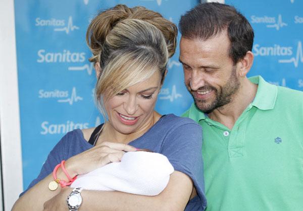 Luján y Carlos miran embelesados a su bebé, que ha puesto la guinda a sus más de dos años de relación