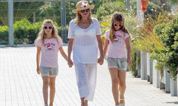 La baronesa Thyssen ya está de vacaciones con sus hijas, ¿se reunirán con ellas Borja y Blanca?