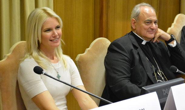 Valeria Mazza, una bella maestra de ceremonias en un foro convocado por el Papa