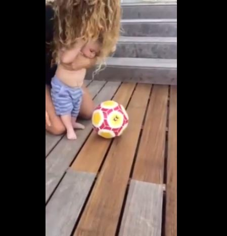 Sasha, hijo de Shakira y Piqué, ya chuta el balón... ¡y sólo tiene seis meses!