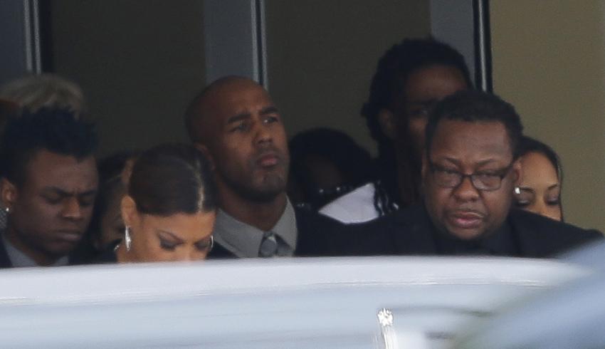 Amigos y familiares se despiden de Bobbi Kristina, hija de Whitney Houston, en un controvertido e íntimo funeral