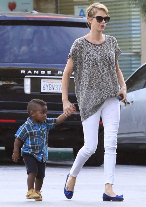 Charlize Theron adopta una niña tras su ruptura con Sean Penn