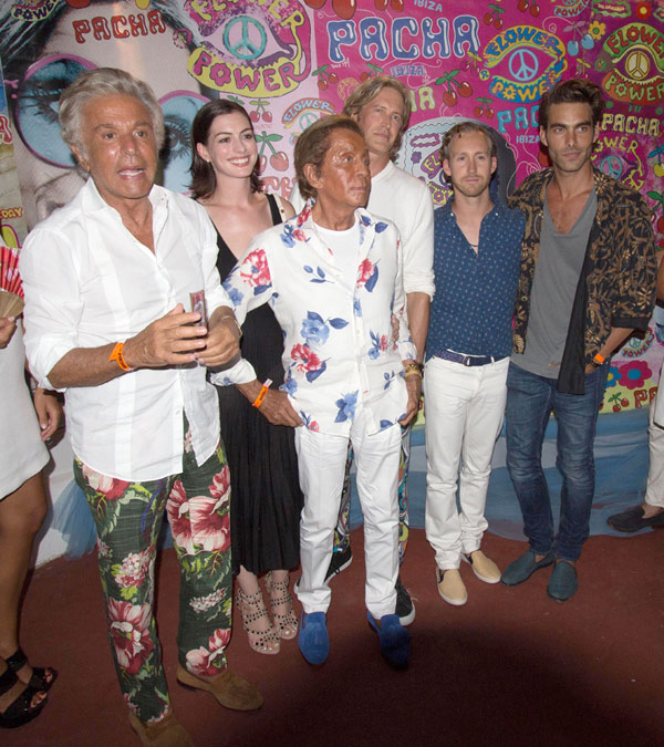 Anne Hathaway, De Fiesta Con Jon Kortajarena, Fonsi Nieto