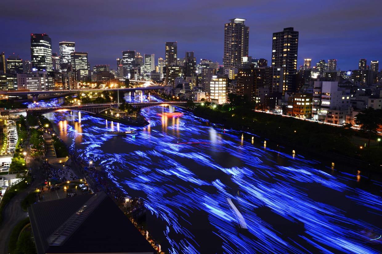 El encuentro de dos dioses enamorados ilumina un río japonés
