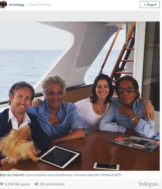 Anne Hathaway y Valentino leen ¡HOLA! a bordo de su barco