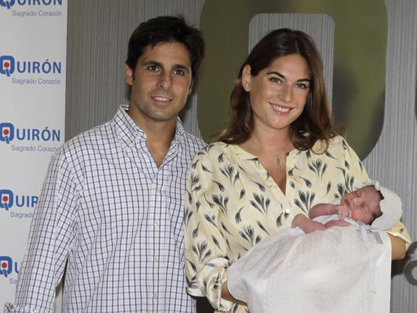 Lourdes Montes sale del hospital con Francisco Rivera y su hija Carmen en brazos