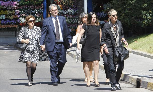 Familiares y amigos dan el último adiós a Elena Arnedo, primera mujer de Miguel Boyer