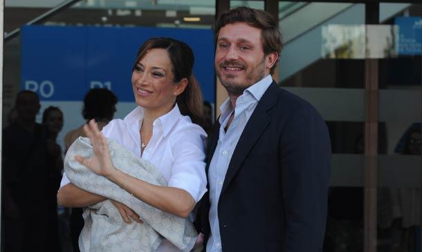 Sonia González y Juan Peña abandonan el hospital con el pequeño Tristán