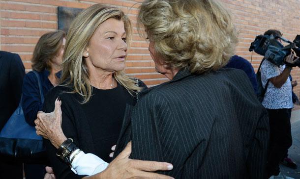 Cari Lapique, arropada por su familia y grandes amigos en el funeral por su madre