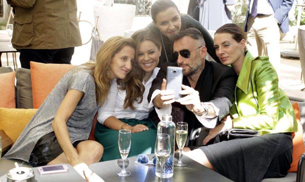 María José Campanario planta cara a los rumores con una sonrisa y rodeada de amigos