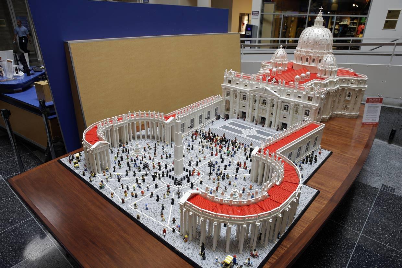 ¡No falta ni el Papa! Así es el Vaticano con piezas de Lego