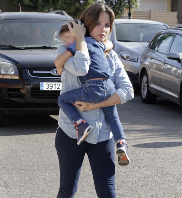 Jessica Bueno regresa a España con su hijo
