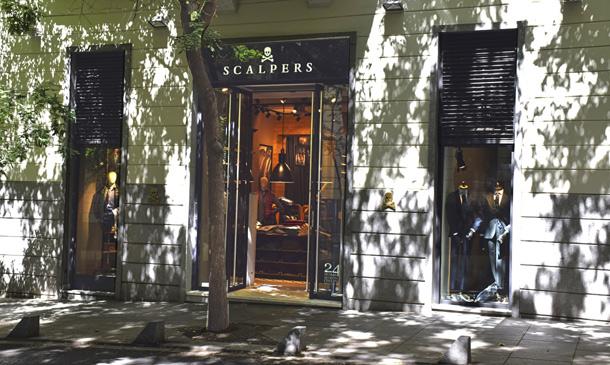 Carlos Sainz, Samanta Vallejo-Nágera y Rubén de la Red, testigos de excepción en la apertura de la nueva tienda de Scalpers