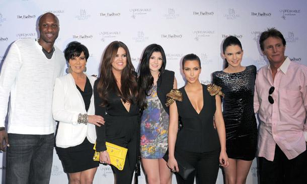Las Kardashian se vuelcan con Lamar Odom mientras lucha por su vida tras ser encontrado inconsciente en un local
