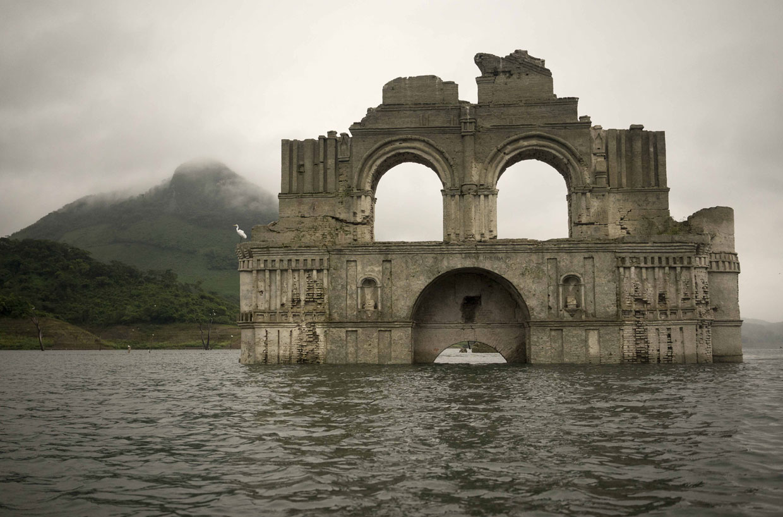 Una iglesia resurge de las aguas