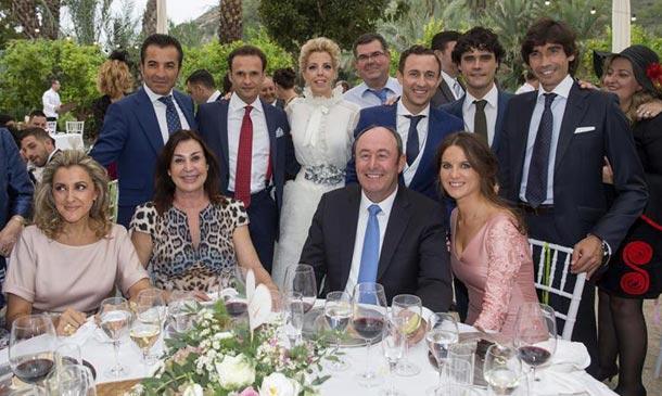 Carmen Martínez-Bordíu, muy bien acompañada en la boda del torero 'Rafaelillo'