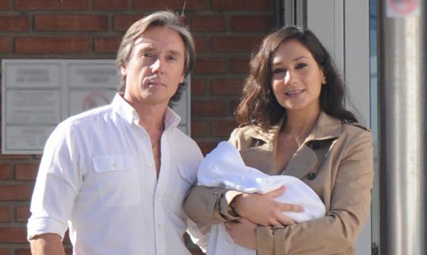 Israel Bayón y Cristina Sainz abandonan el hospital con su hija Daniela en brazos
