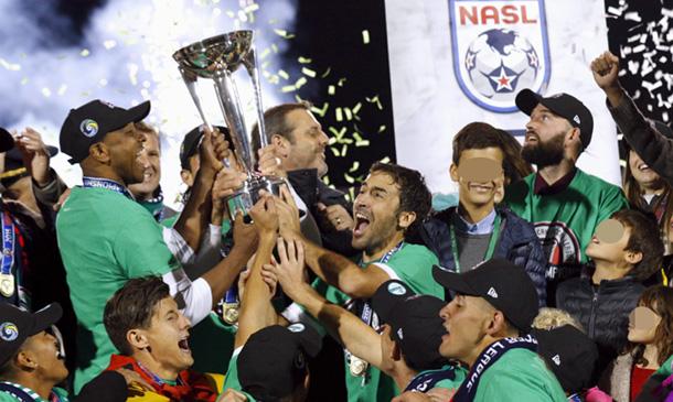 Raúl se despide del fútbol arropado por su mujer y sus cinco hijos
