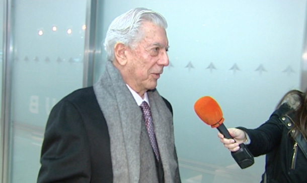 Mario Vargas Llosa aterriza en Madrid tras pasar Acción de Gracias con los hijos de Isabel Preysler: 'Son todos muy simpáticos'