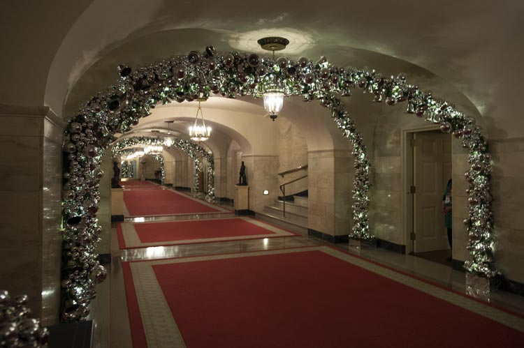 C mo se decora por navidad la casa m s poderosa del mundo for Como se decora una casa