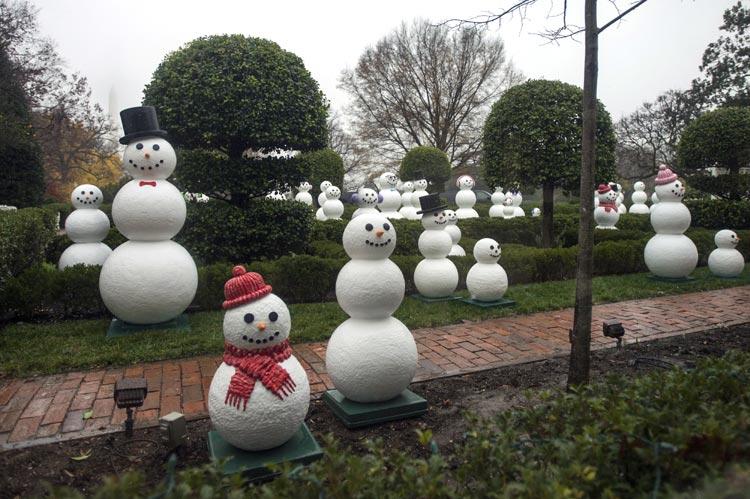 C mo se decora por navidad la casa m s poderosa del mundo for Adornos de navidad para jardin