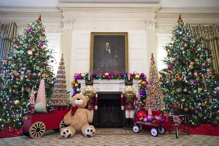 C mo se decora por navidad la casa m s poderosa del mundo for Ver jardines decorados
