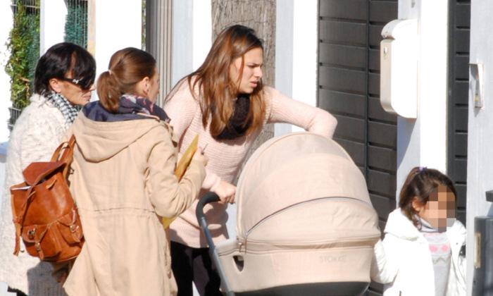 El primer paseo de Irene Rosales con su hija Ana