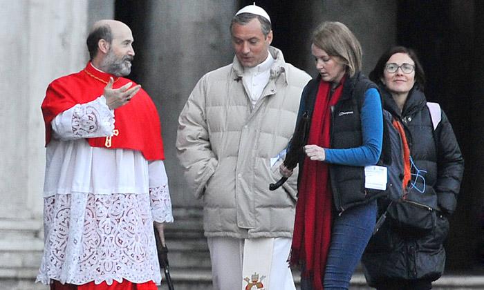 ¡Habemus Papam! Primeras imágenes de Javier Cámara compartiendo rodaje con Jude Law