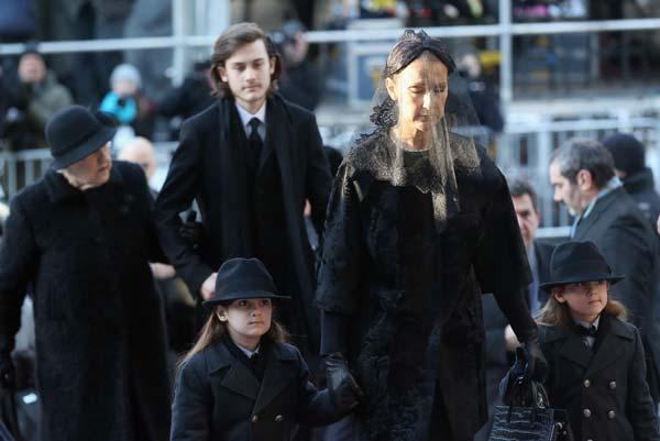 44251f1cd56 Tras el multitudinario funeral de su marido
