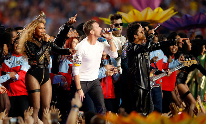 Chris Martin hace bailar hasta a su ex, Beyoncé y su tropiezo artístico... ¡bienvenidos a la Super Bowl!
