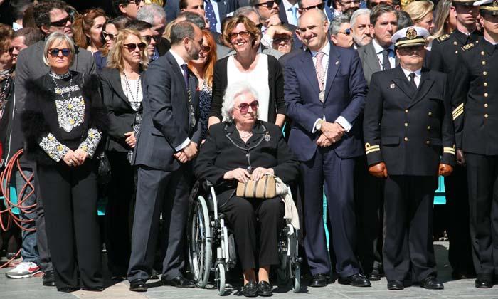 Doña Pilar de Borbón, en silla de ruedas o con muletas, no se pierde las procesiones de Semana Santa