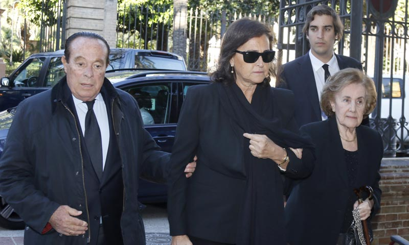 Carmen Tello da el último adiós a su padre arropada por familiares y amigos