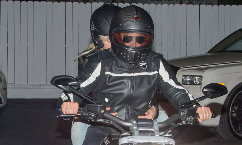 Ni te imaginas qué famosa cantante acompaña a Bradley Cooper en su moto