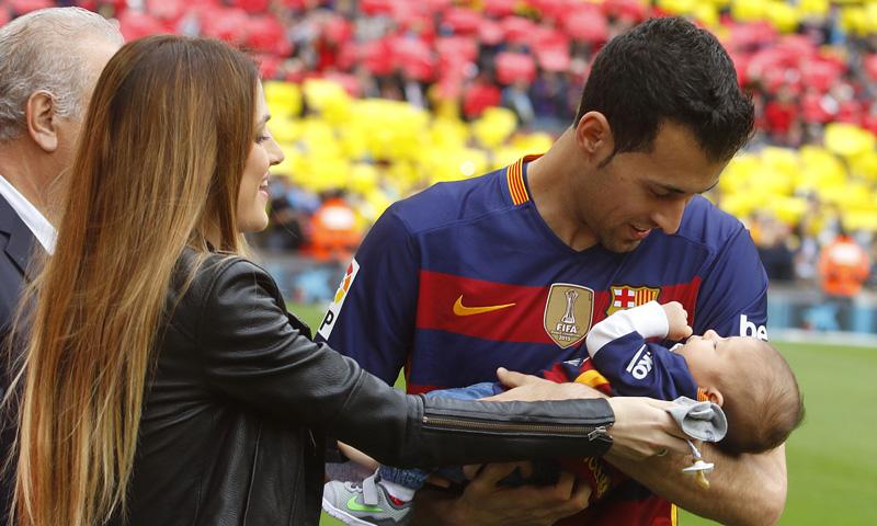 Sergio Busquets salta al campo por primera vez con su hijo en brazos