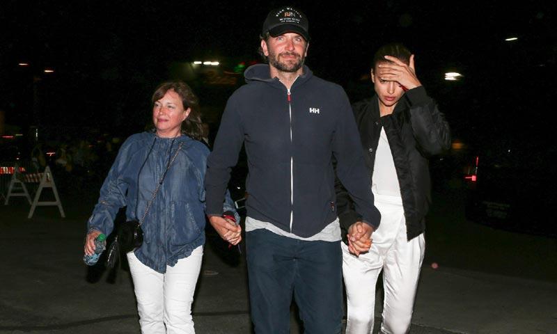 ¿Tres son multitud? Bradley Cooper presume de chicas