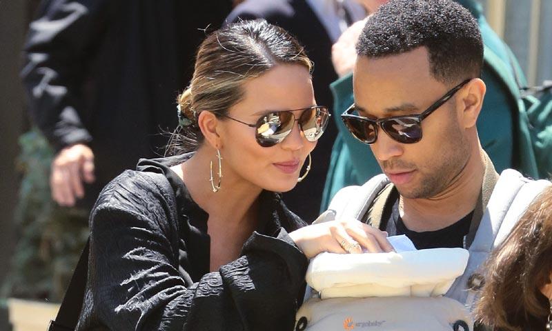 John Legend defiende a su esposa de las críticas que cuestionan su comportamiento como madre