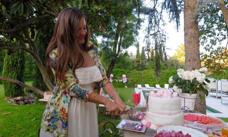 Malena Costa celebra una 'baby shower'... que pudo haber sido una boda