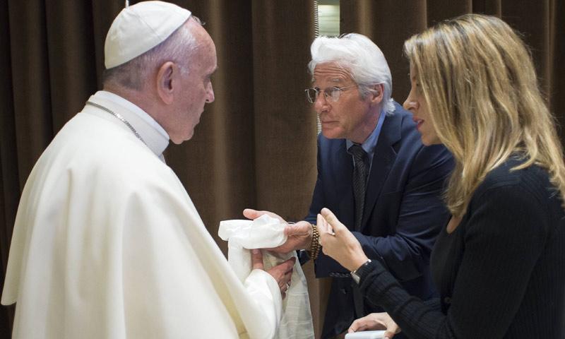 Exclusiva: El regalo, cargado de simbolismo, que Richard Gere le entregó al Papa Francisco