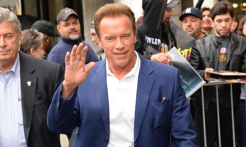 Arnold Schwarzenegger perseguido por un elefante en Sudáfrica