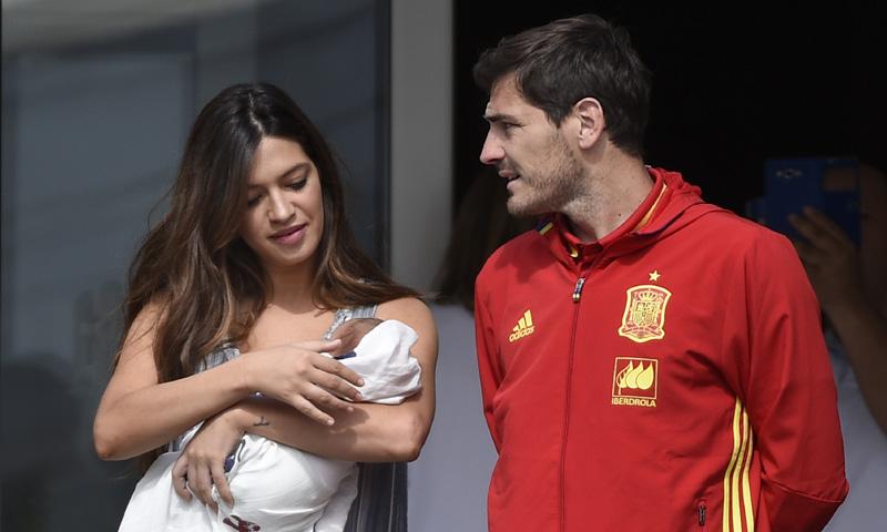 Iker Casillas y Sara Carbonero abandonan el hospital con el pequeño Lucas
