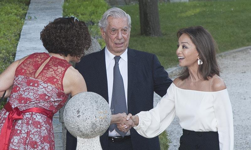 Isabel Preysler junto a Mario Vargas Llosa en la entrega del último reconocimiento al escritor