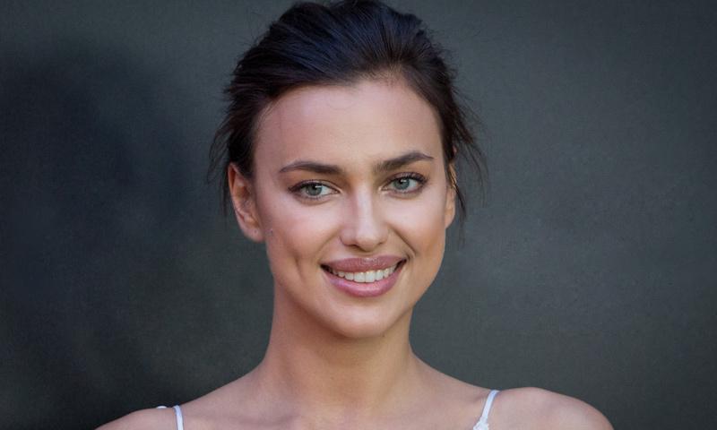 Vestida de blanco y sin dejar de sonreír... ¿Qué dice Irina Shayk sobre los rumores de boda con Bradley Cooper?