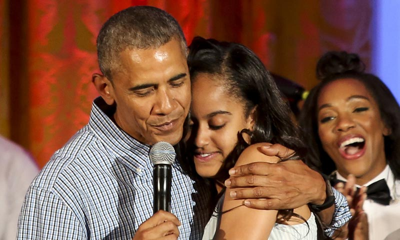 Barack Obama le canta el 'cumpleaños feliz' a su hija Malia, antes de emprender su visita a España